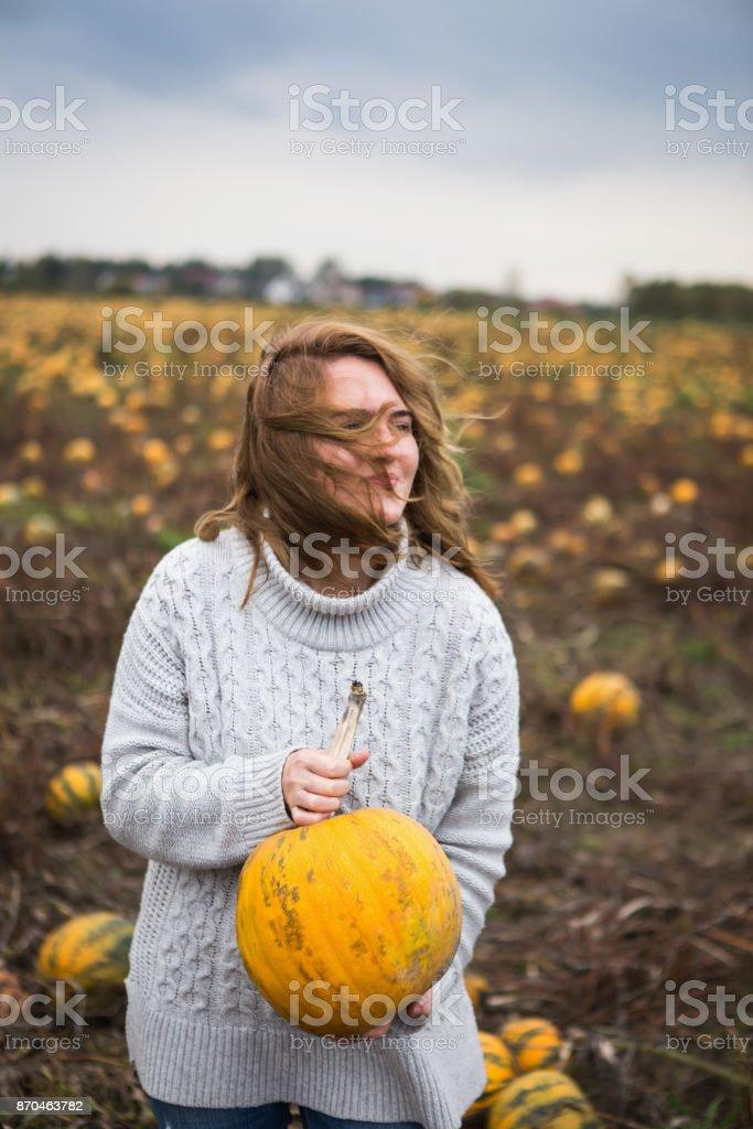 Femme avec une Citrouille - Photo