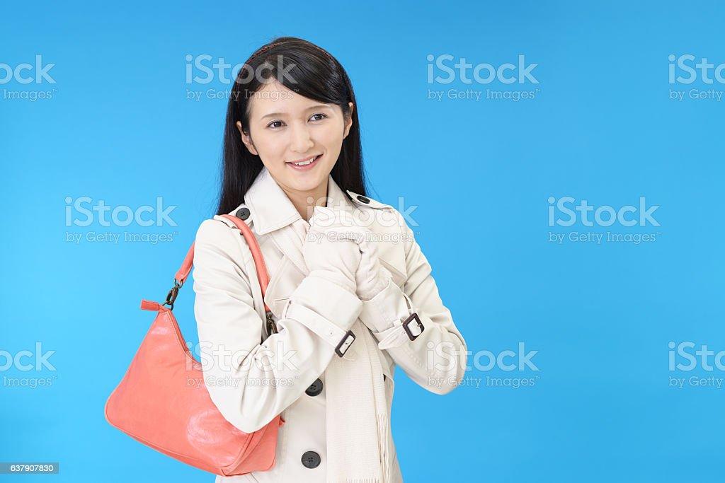 Mulher com uma bolsa de ombro - foto de acervo