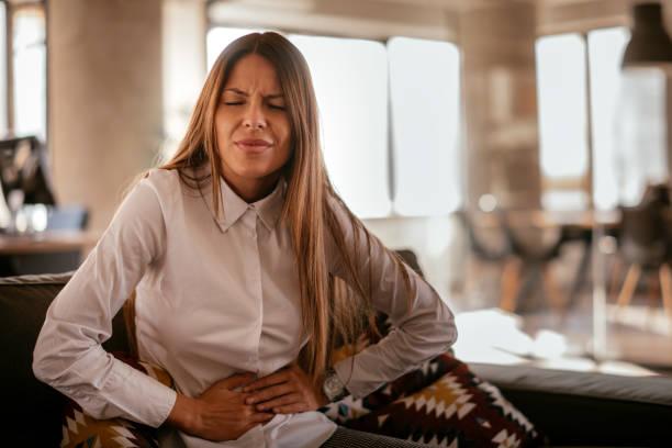 kvinna med ont i magen - matsmältningsbesvär bildbanksfoton och bilder