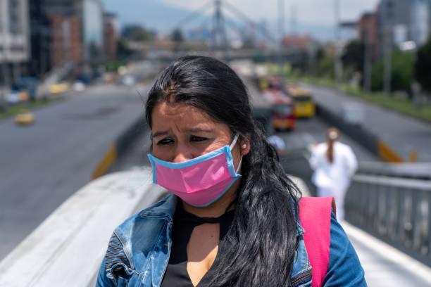 Frau mit besorgtem Gesicht beim Gehen auf der Straße. Kolumbien. – Foto