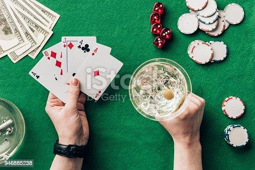 Istock Mujer Jugando Poker Juego De Mesa De Casino 946888420