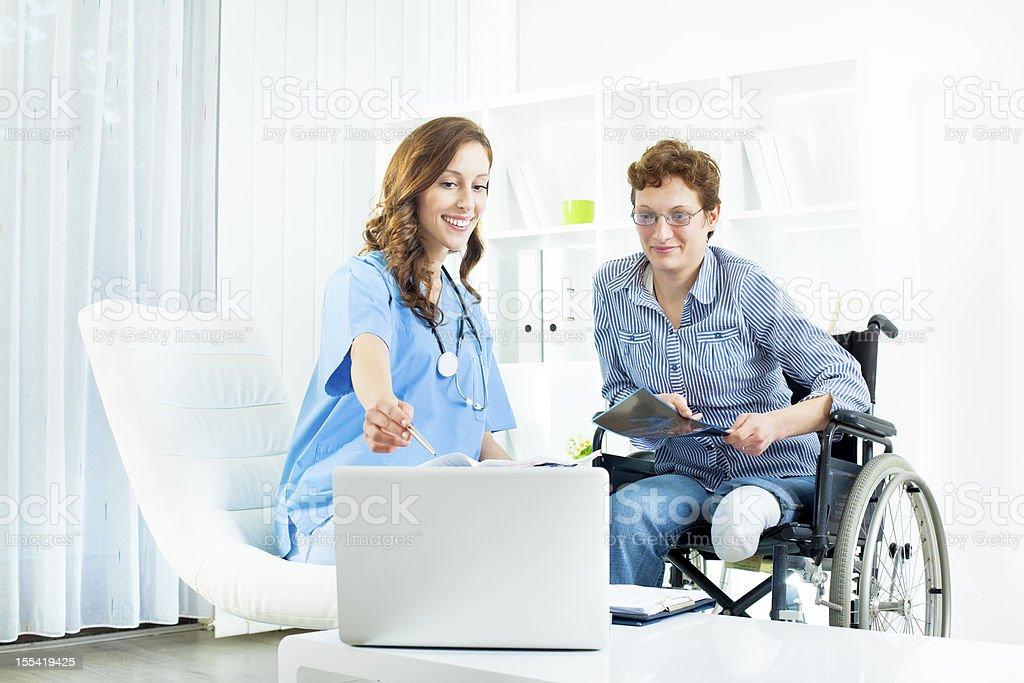 Frau mit Amputiert Bein in Arzt-Büro. – Foto