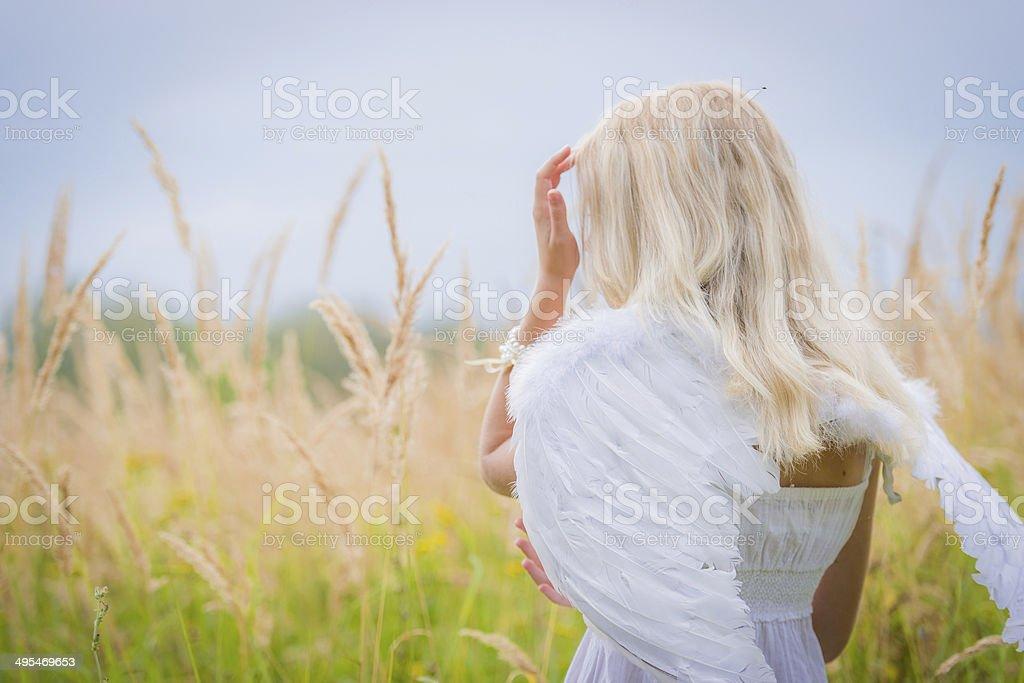 Женщина с Ангел крылья на спине стоковое фото
