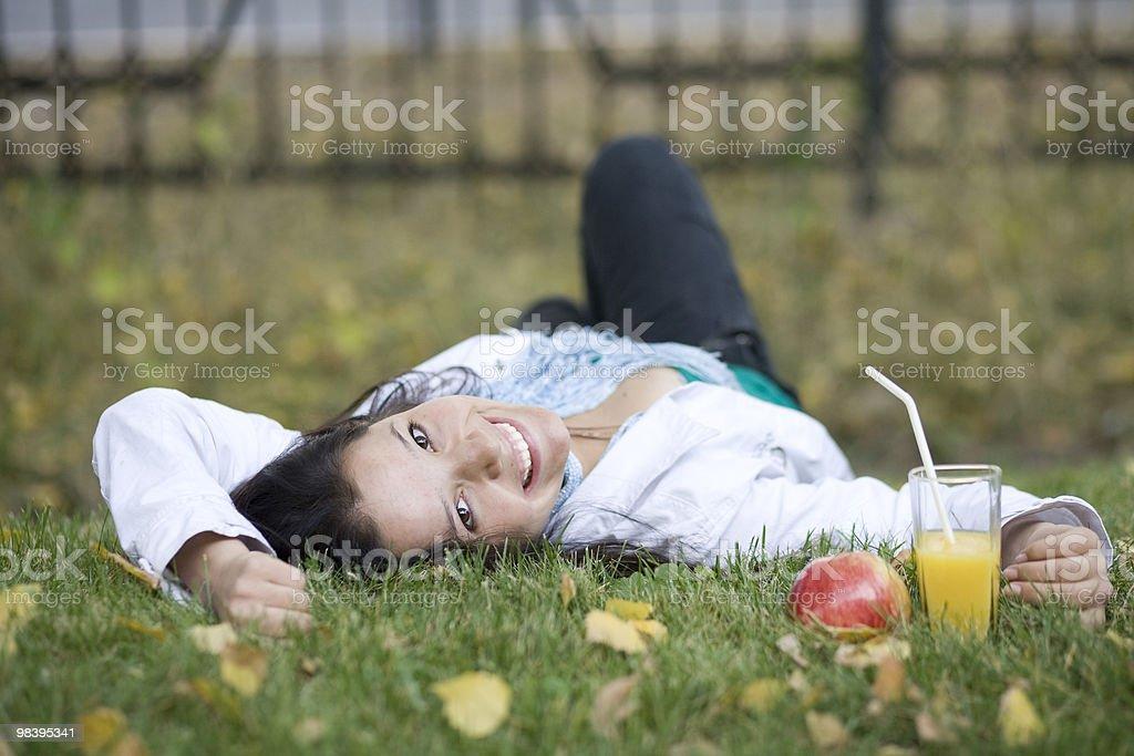 Donna con mela e succo presso il parco estivo foto stock royalty-free