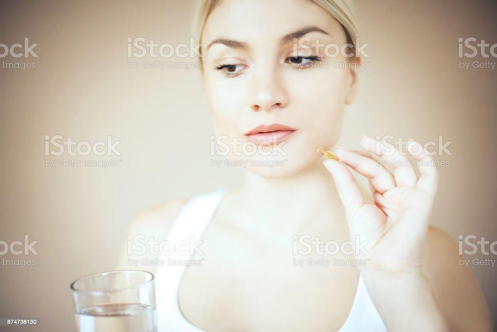 Mujer con la aplicación de tratamiento de suero. - foto de stock