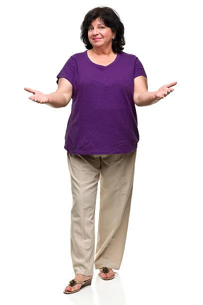 frau mit ausgestreckten armen - damen hosen für mollige stock-fotos und bilder