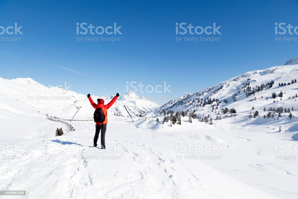 Frau mit Schnee erhobenen Armen Berge – Foto
