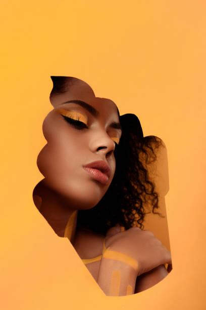 frau mit künstlerischen make-up und gerbera in haar - make up torte stock-fotos und bilder