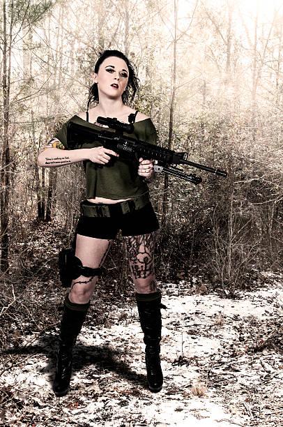 frau mit angriff gewehr - affentattoos stock-fotos und bilder