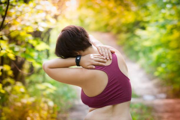 frau mit schmerzen im rücken, hals verletzungen, traumata während des trainings - hals übungen stock-fotos und bilder