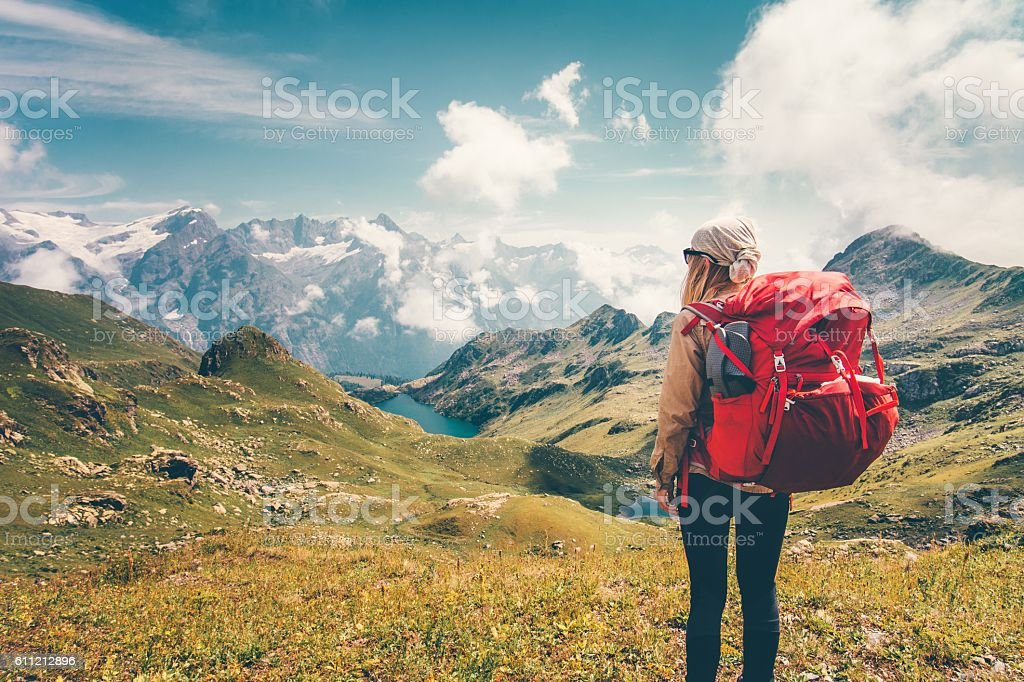 Woman with backpack enjoying mountains landscape view hiking – Foto