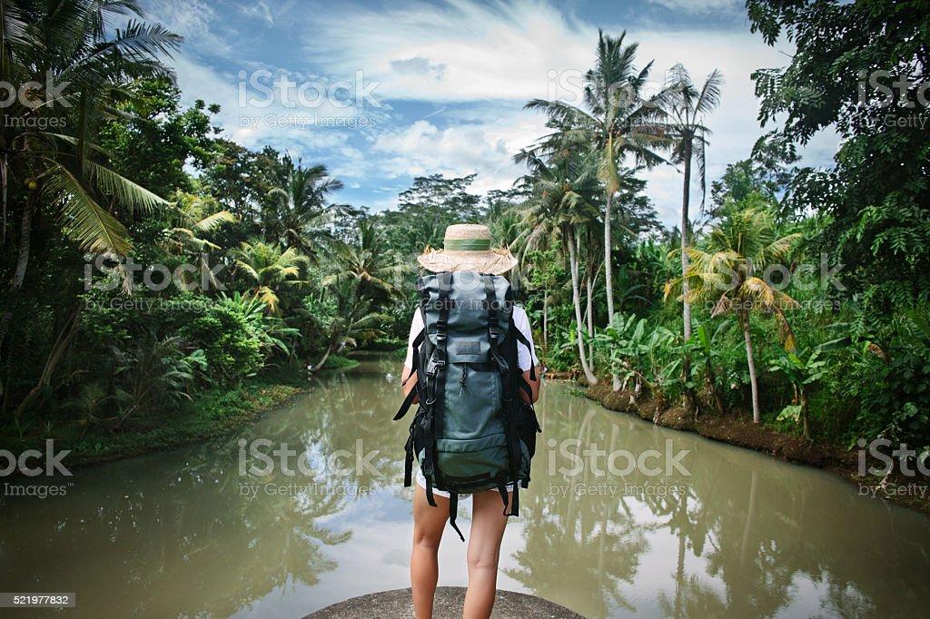 Frau mit Rucksack in der Nähe des tropischen Fluss – Foto