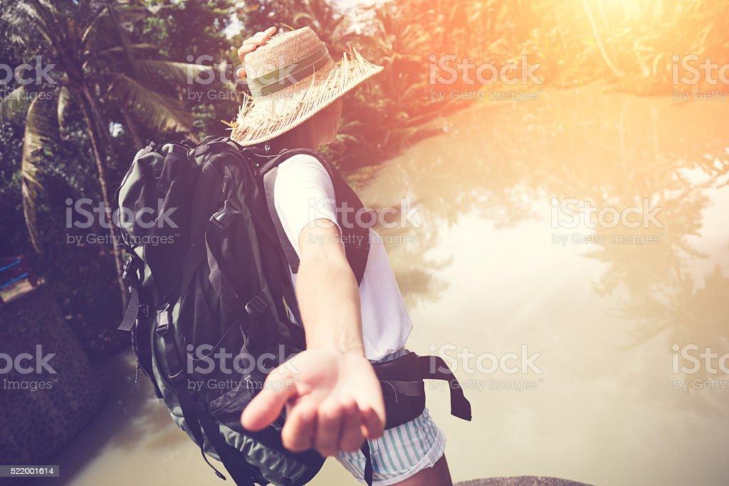 Frau mit Rucksack zu Fuß weiter in der Nähe des tropischen Fluss – Foto