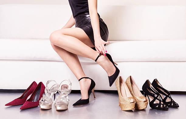 frau mit schönen beinen sie schuhe. - schwarze hohe schuhe stock-fotos und bilder