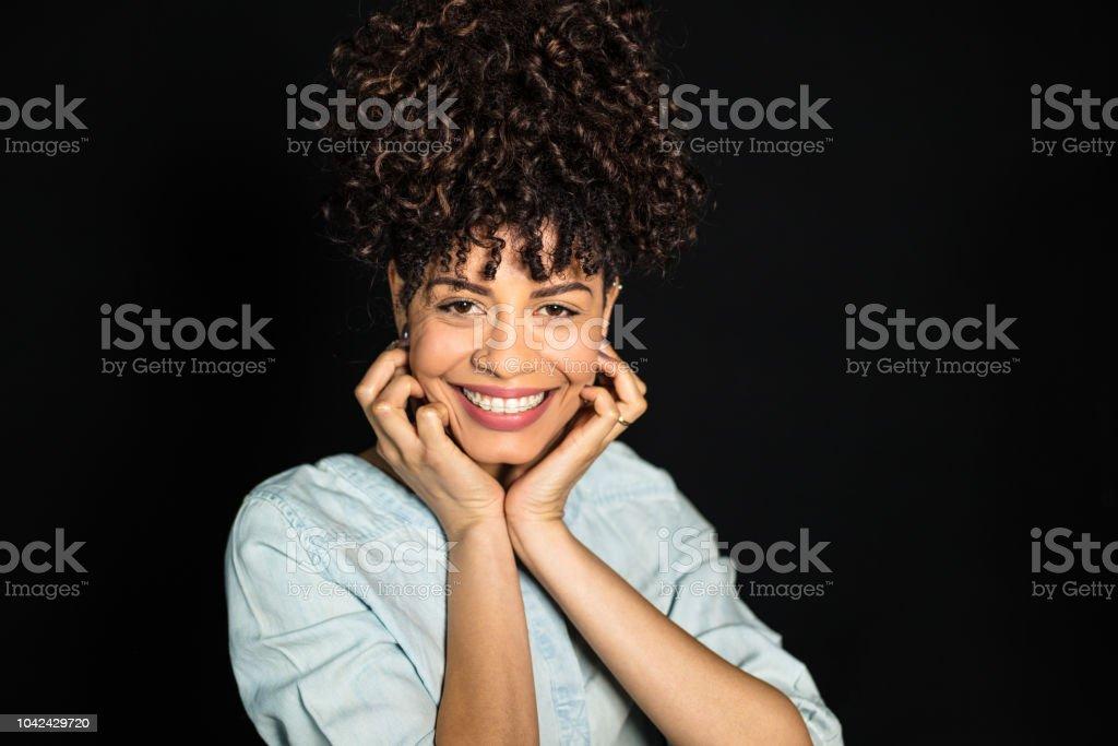 Mulher com um lindo sorriso e cabelos cacheados - foto de acervo