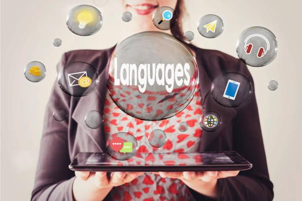 frau mit schönen lächeln eine tablet und sprachen konzept in transparenten blase halten - spanisch translator stock-fotos und bilder