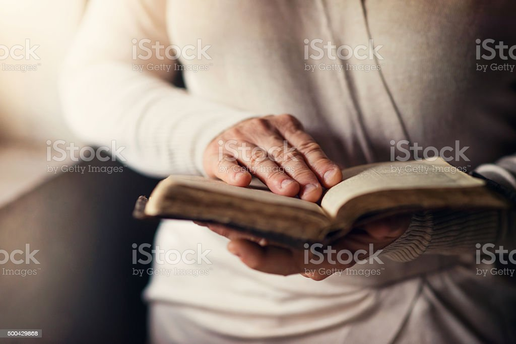 Mujer con Biblia - foto de stock