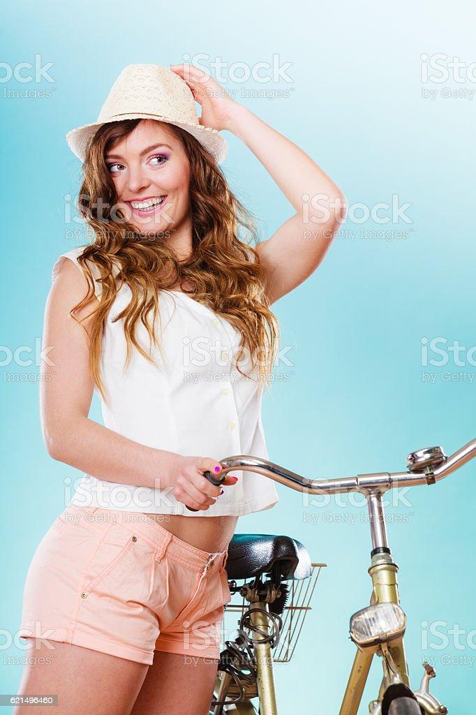 Frau mit dem Fahrrad. Sommer Mode und Erholung. Lizenzfreies stock-foto