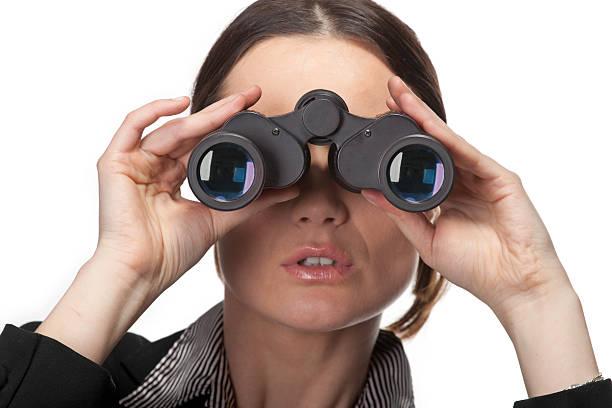 Frau mit Fernglas suchen nach dem gewissen Etwas – Foto