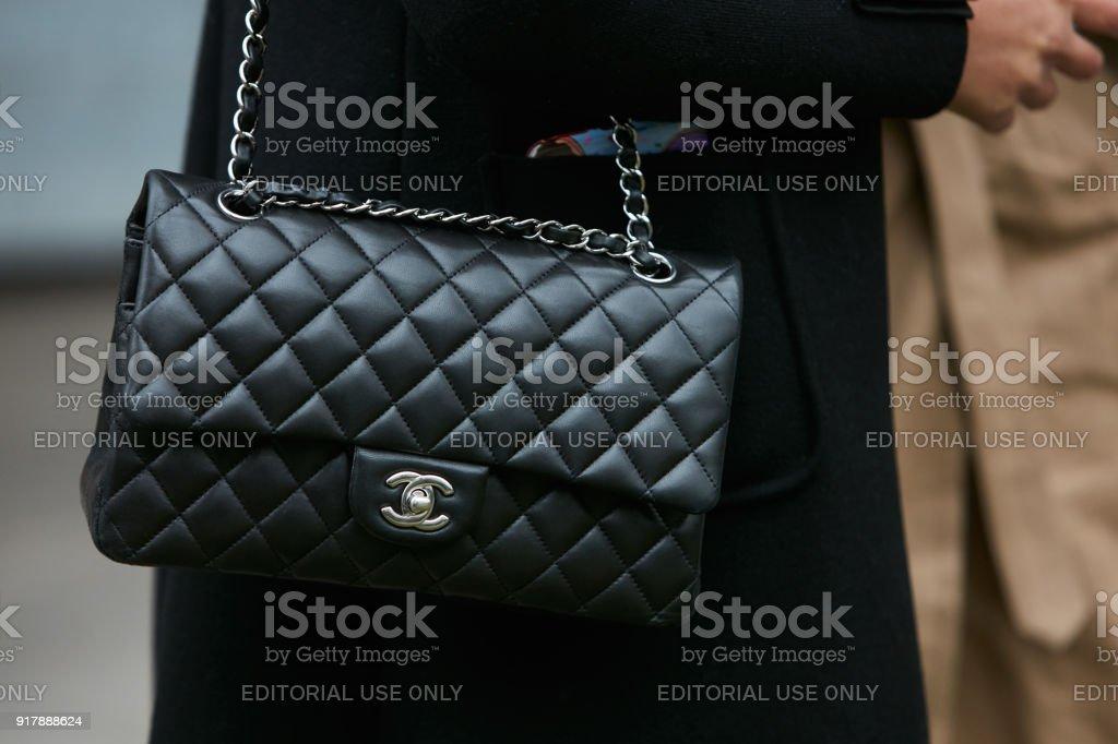 0bfe41177c1036 Femme avec sac de cuir noir Chanel avec chaine en argent photo libre de  droits