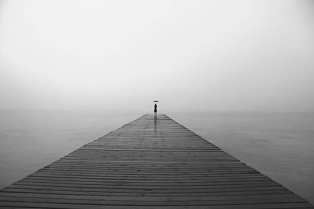 frau mit schwarzen regenschirm, die infinity-in eine surreale platz - totenfrau stock-fotos und bilder