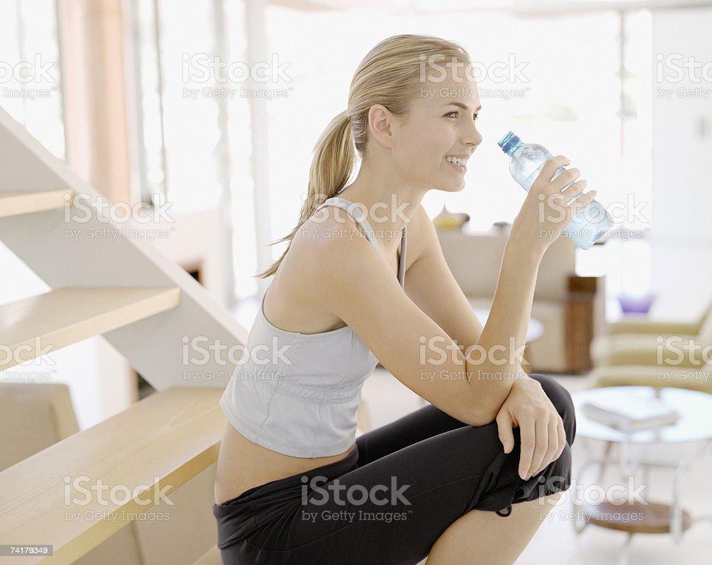 Mulher com Garrafa de Água foto de stock royalty-free
