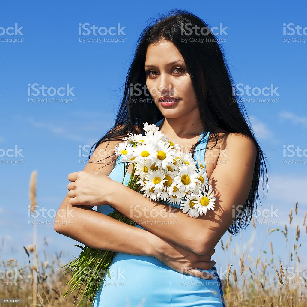 Donna con camomiles foto stock royalty-free