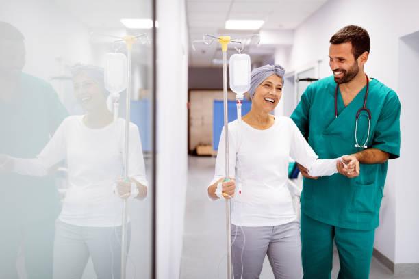 frau mit krebs während chemotherapie erholt sich von krankheit im krankenhaus - krebs tumor stock-fotos und bilder