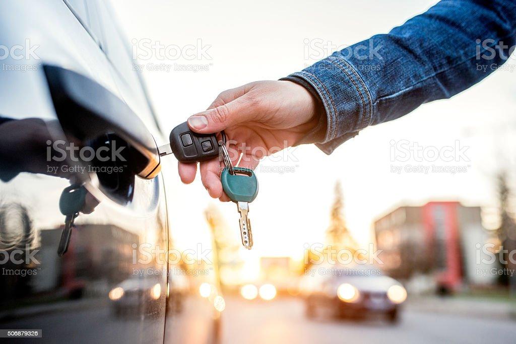 Donna con chiave auto - foto stock