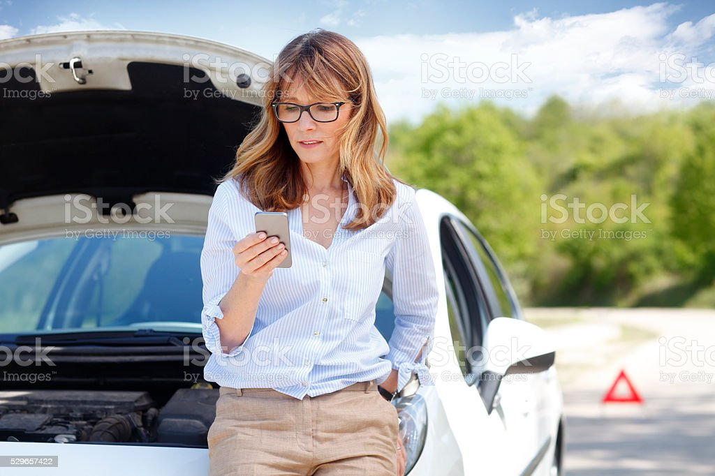 Woman with car on the road foto