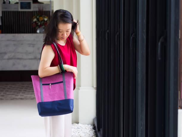 Mulher com sacola casual - foto de acervo