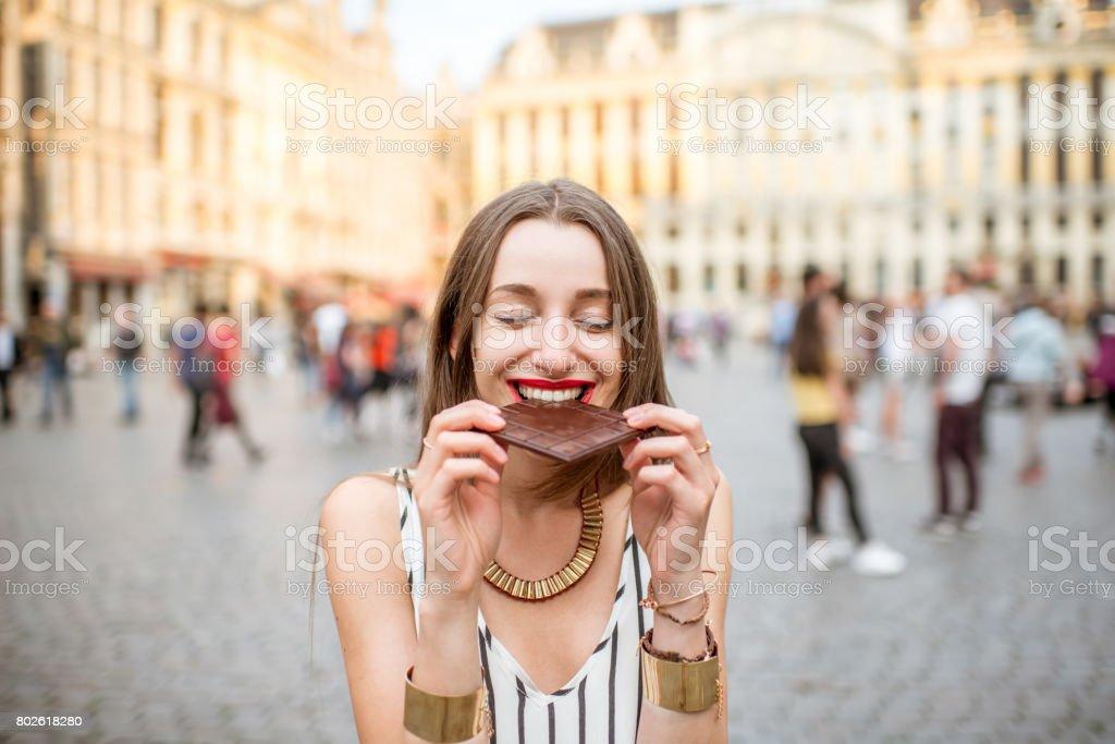 Mulher com chocolate ao ar livre em Bruxelas - foto de acervo