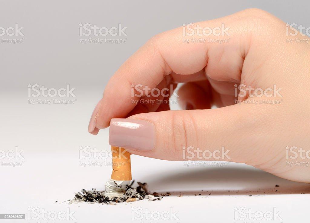 Mulher com Guimba de Cigarro - foto de acervo