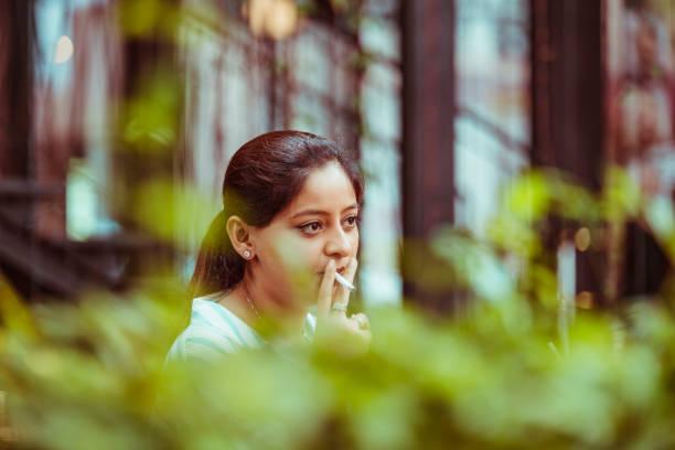 Frau mit Zigarette – Foto