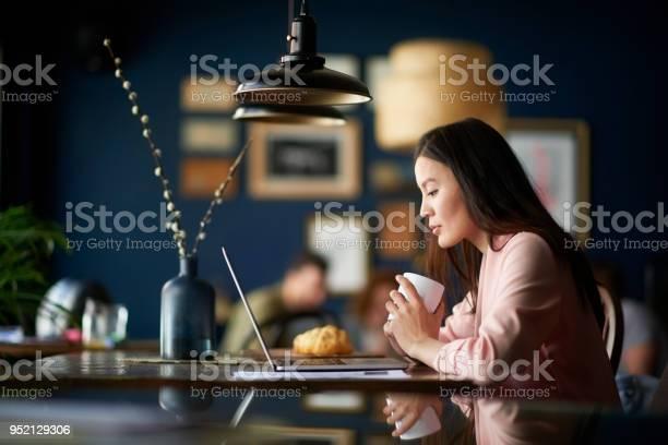 Woman with coffee cup picture id952129306?b=1&k=6&m=952129306&s=612x612&h=ujdn2xt zybgkp1ujuvqoftcbi7 h pz rywzsi5b7m=