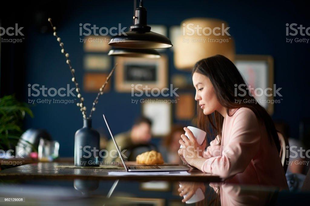 Mujer con una taza de café - foto de stock