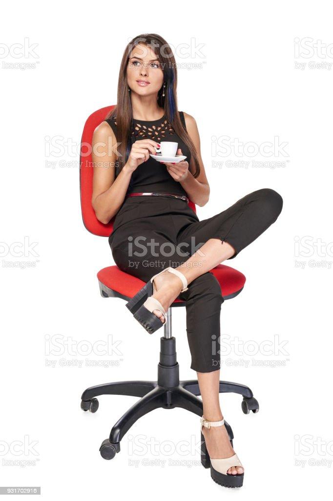 Frau mit Kaffeetasse sitzen im Bürostuhl – Foto