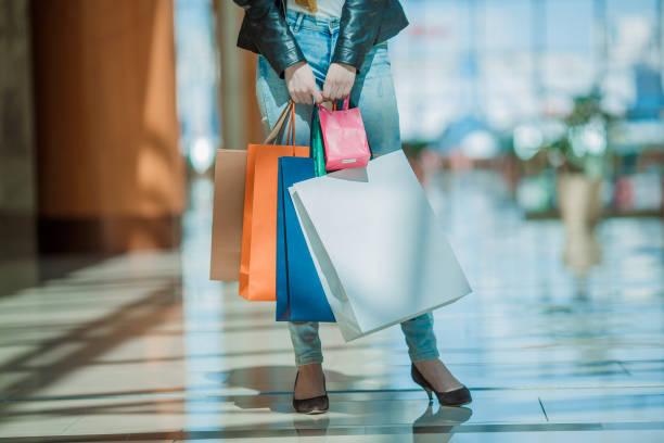 Femme avec des sacs de couleur vive - Photo
