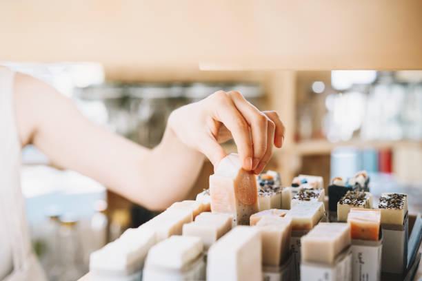 Frau mit Baumwolltasche kaufen persönliche Hygieneartikel in Null Abfall Geschäft. Eco Bio-Kosmetik. – Foto