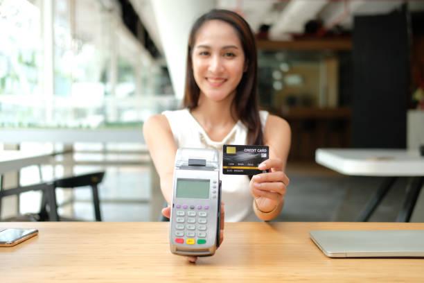 Frau mit Kreditkarten-Wischmaschine. Shopping Lifestyle & Payment mit nfc-Technologie – Foto