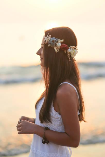frau mit krone im haar bei sonnenuntergang - hochzeitsfrisur twilight stock-fotos und bilder