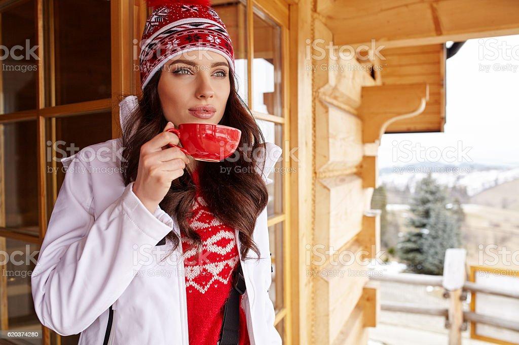 woman with cup of hot chocolate on mountain ski resort zbiór zdjęć royalty-free