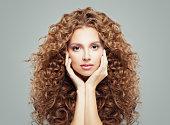 巻き毛を持つ女性。健康的な波状ヘアスタイル、ヘアケア コンセプトで美しい少女