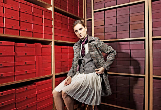 frau mit dandy-stil in schuhgeschäft - damen rock kostüme stock-fotos und bilder