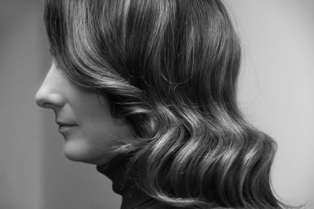 frau mit dunklen und melirovanny haaren mit einer friseurwelle - haare ohne lockenstab wellen stock-fotos und bilder