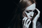 うつ病が泣いている女