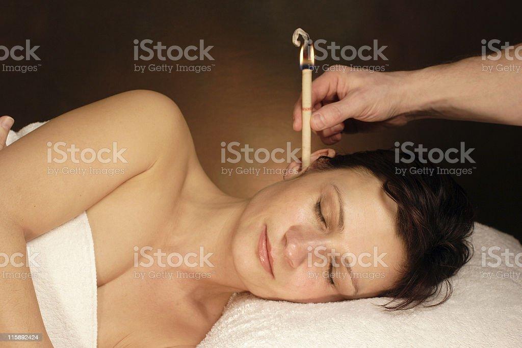 Frau mit Ohrenkerzenbehandlung - Lizenzfrei Alternative Behandlungsmethode Stock-Foto