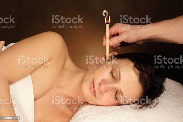 Frau Mit Ohrenkerzenbehandlung Stockfoto und mehr Bilder von Alternative Behandlungsmethode
