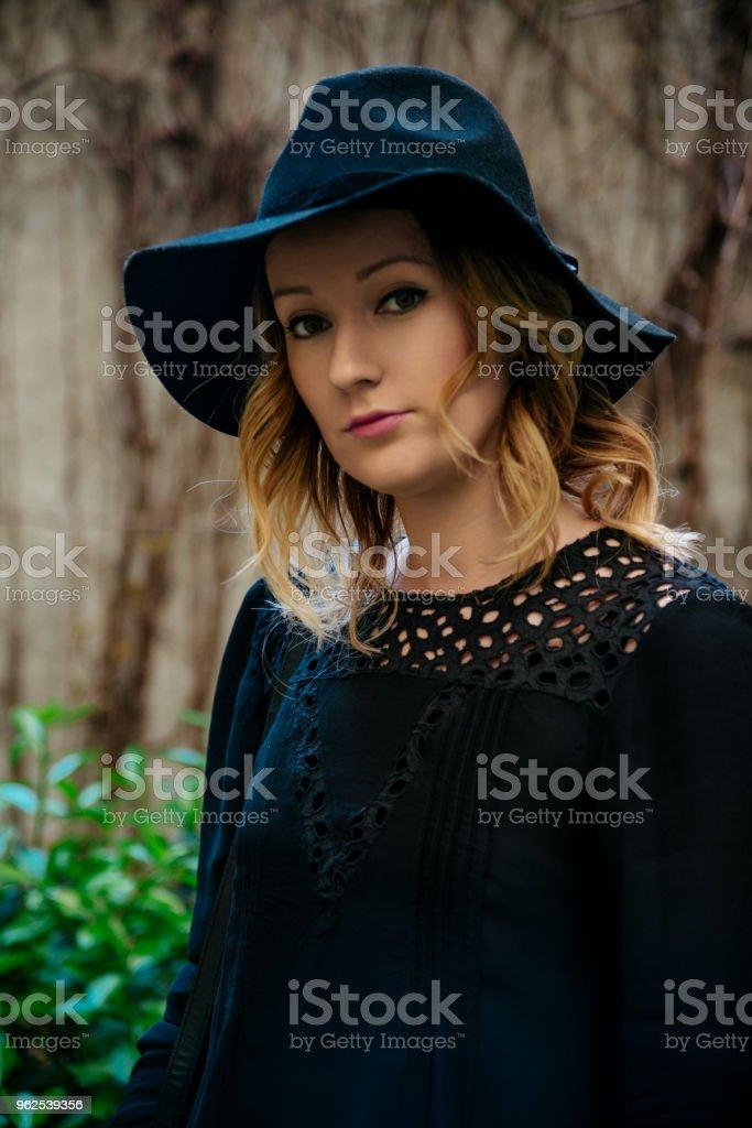 Mulher com chapéu preto elegante - Foto de stock de Adulto royalty-free
