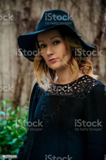 Foto de Mulher Com Chapéu Preto Elegante e mais fotos de stock de Adulto